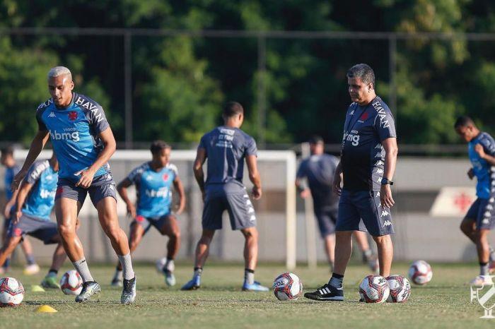 Rômulo testa positivo para covid-19 e desfalca Vasco contra o Cruzeiro