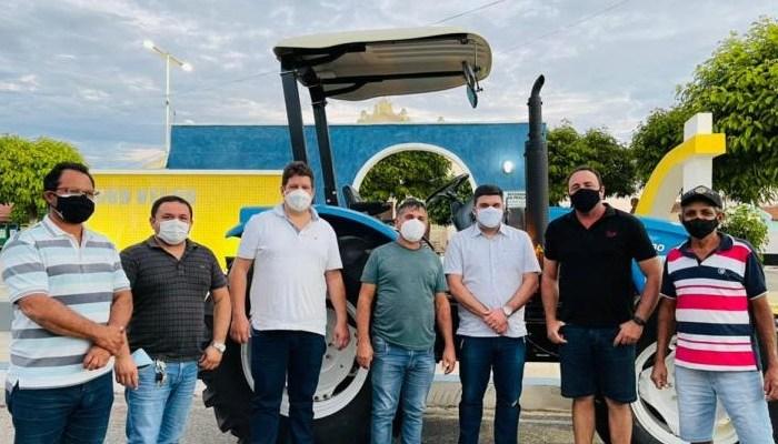 Prefeitura de Ouro Velho entrega trator 0km para a comunidade