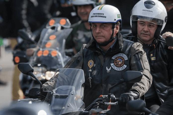 Governo de SP multa Bolsonaro e o filho por não usarem máscara em ato