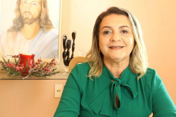 Prefeita de Rio Tinto se recupera da Covid e volta ao cargo com aglomeração