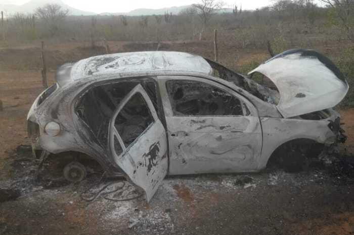 Carro roubado em Boqueirão é encontrado carbonizado na zona rural
