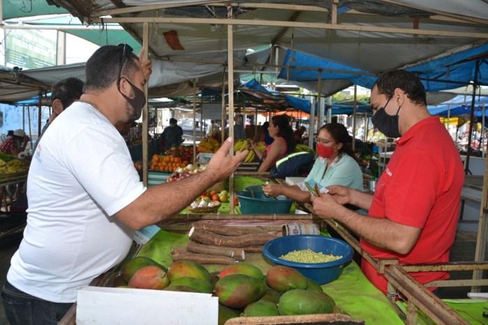 Campanha Família Acolhedora realiza panfletagem na feira livre e comércio de Monteiro