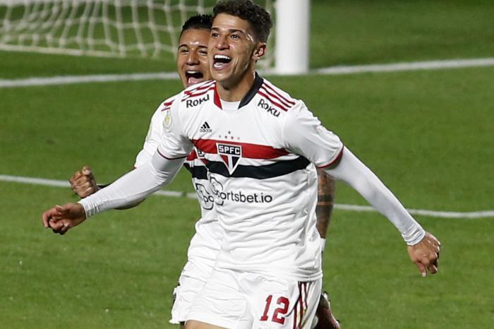 São Paulo arranca vitória nos acréscimos e se afasta do Z-4