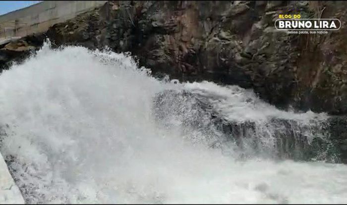 Açude de Camalaú libera 4 mil litros de água por segundo para o Açude de Boqueirão
