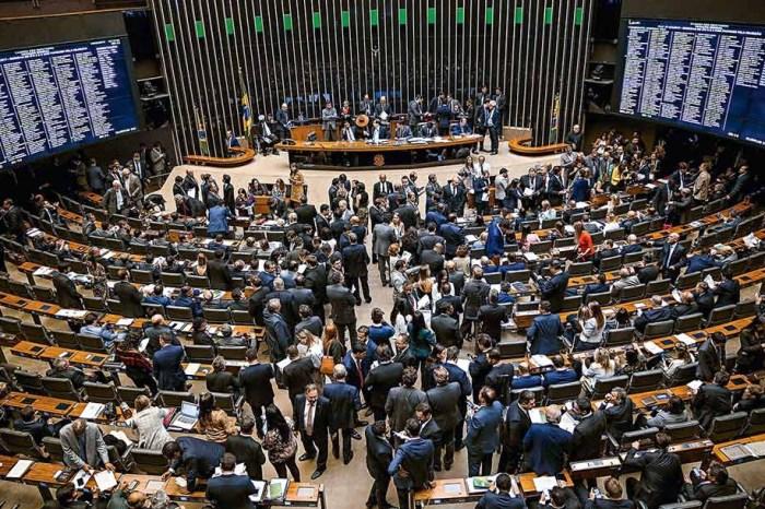Câmara aprova volta da quarentena para juízes e militares disputarem eleições