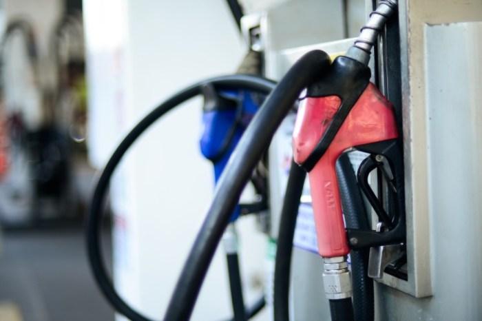 Gasolina sobe pela 8ª semana seguida nos postos e já muda hábito do consumidor