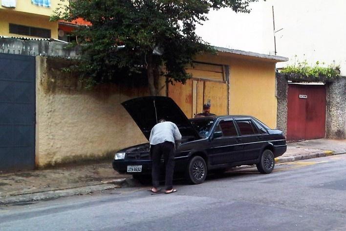 Morador conserta automóvel estacionado na via pública, Grotão da Bela Vista<br />Foto Abilio Guerra