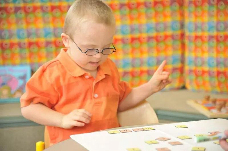 Deficiência intelectual e suas principais características, sintomas e tratamentos. Deficiência intelectual na escola
