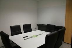 La sala de reunions ja està preparada per acollir trobades amb pissarra i televisió // David Guerrero