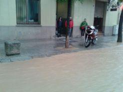 Els veïns observen les conseqüències de la pluja // Jordi Costa