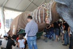 Els nens donaven el xumet i es ficaven dins de la popular bèstia de foc // Jordi Julià