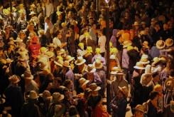 La multitud esperant a la bèstia // Jose Polo