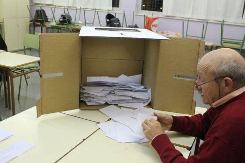 Membre d'una mesa comença el recompte de vots a l'IES Lluís Requesens// Elisenda Colell