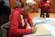Membre d'una mesa del IES Bernat El Ferrer signa emotivament l'acta del recompte de vots// Laura Herrero