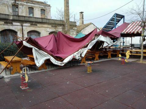 La carpa caiguda, una de les poques incidències registrades pel vent // RogerTuset (Ràdio Molins de Rei)