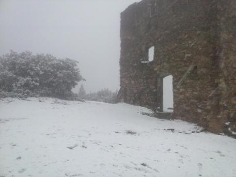 Castell Ciuró nevat a primera hora del 4 de febrer de 2015 // Elisenda Colell