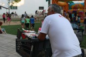 Un voluntari de la Creu Roja s'emporta un carro ple de productes de primera necessitat // Jose Polo