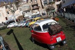 La fira de brocanters ha comptat amb una exposició de cotxes // Jose Polo