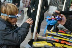 Un infant, provant la visibilitat a distància d'un drone // Elisenda Colell
