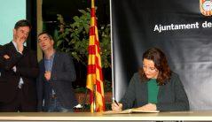 Conesa signant el llibre de visites de l'ajuntament // Marc Pidelaserra