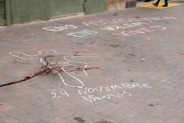 Han dibuixat una silueta per recordar la , morta el 24 de novembre. D'allà sortia el riu de sang // Jordi Julià