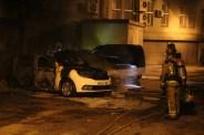 Els bombers acabant d'apagar l'incendi // Jordi Julià