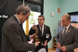 Joan Ramon Casals regala a Quim Torra una rèplica de la font de Molins de Rei // DGM