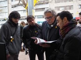 Joan Tardà ha visitat l'estand de Viu Molins de Rei i ha llegit l'Anuari // Jose Polo