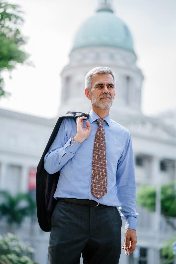 Enamorarse de un hombre mayor de 50 años tiene sus ventajas. Por lo general saben lo que quieren y quieren darte lo que saben.