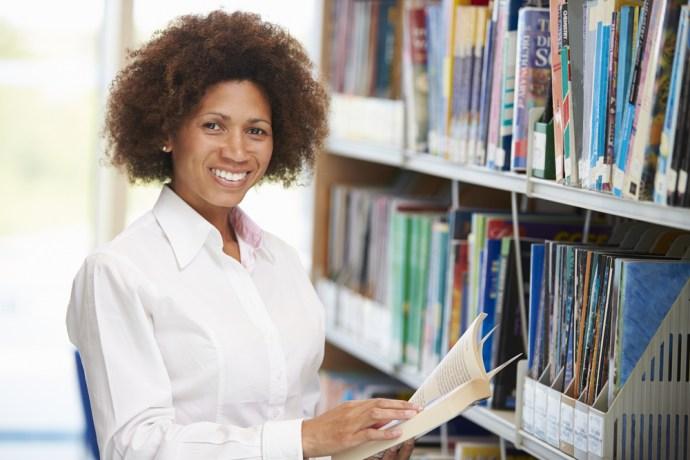 Mujer madura en la biblioteca