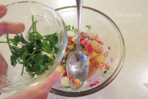 Añadir el Cilantro para la preparar la salsa de piña