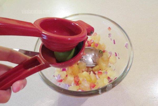 Agregar el Jugo de limón para hacer la salsa de Piña tropical