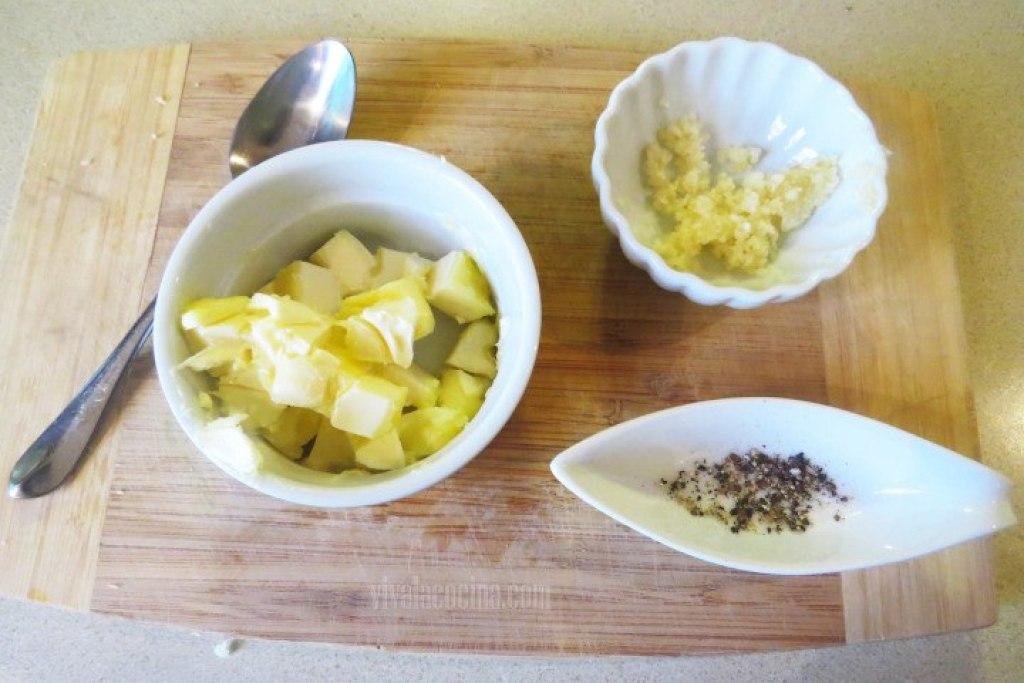 Mezclar la Mantequilla para elaborar el Mojo de Ajo
