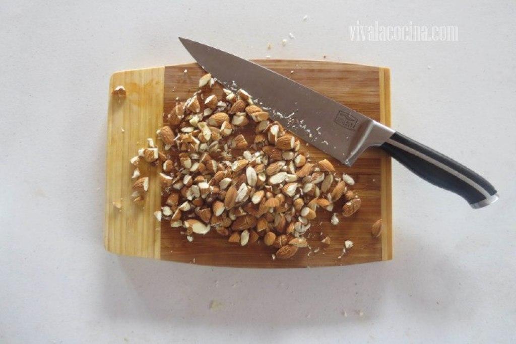 Picar las Almendras para el Pollo con Almendras
