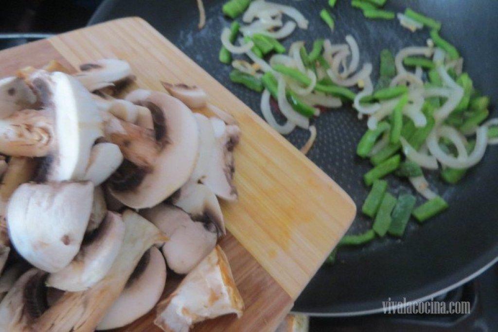 Añadir los Champiñones a la sarten con las verduras