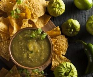 Salsa verde servida con Totopos