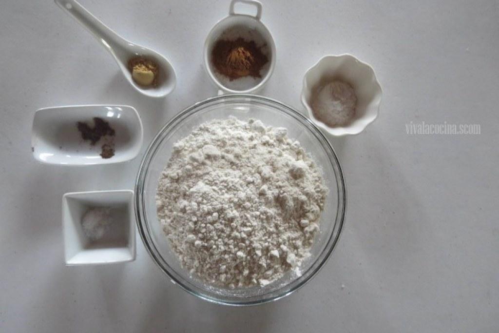 Cuarto paso de la receta de Panqué de plátano y calabaza: Mezclar los polvos