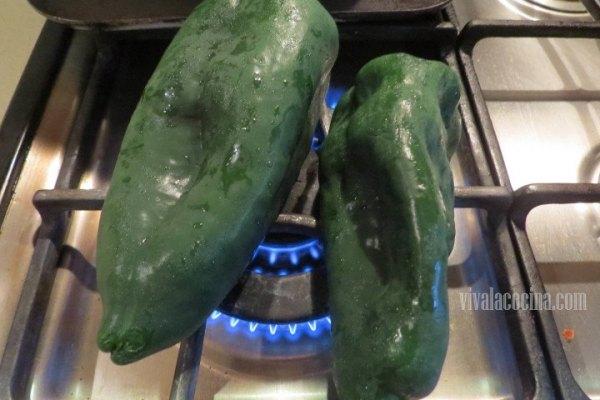 Asar los chiles para la receta con camarones