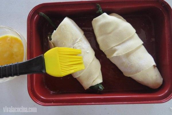 Barnizar los chiles para que al momento de hornear tengan un color dorado