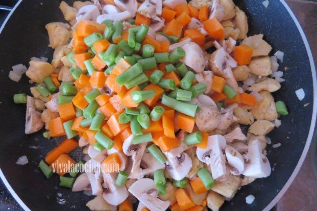 Agregar las Verduras para el Pay de Pollo y Verduras