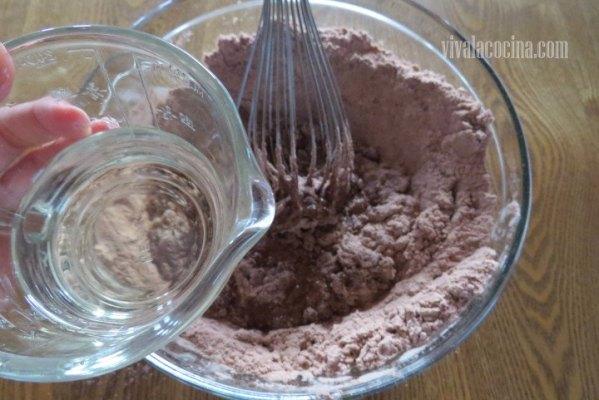 Añadir el Agua a la mezcla para el bizcocho del chocoflan