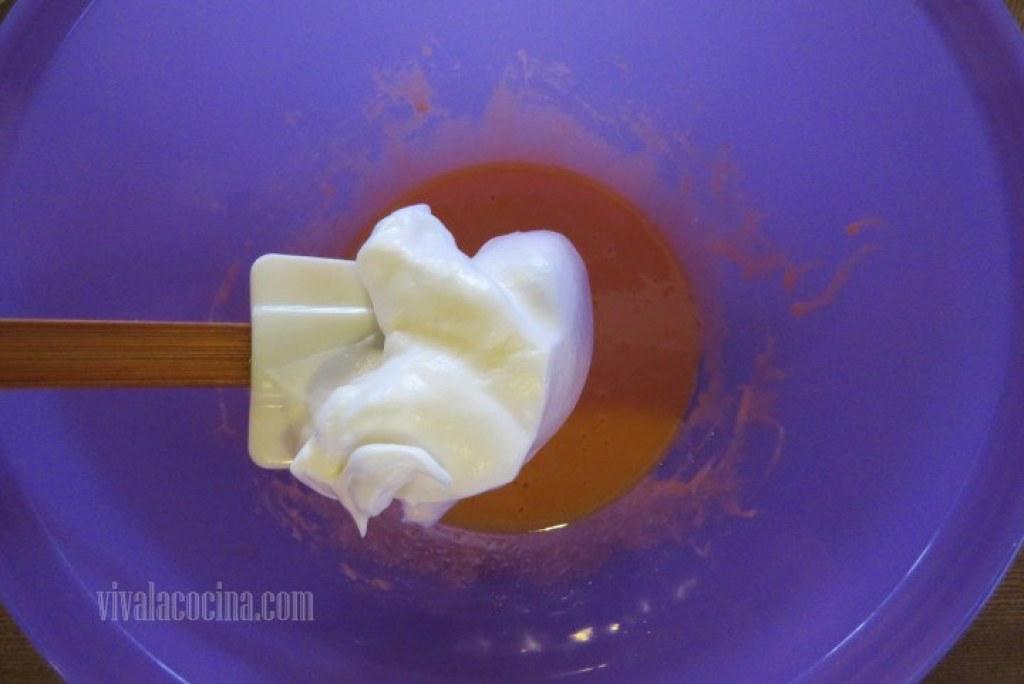 Agregar de forma envolvente el merengue a las yemas y después adicionar la mantequilla fundida
