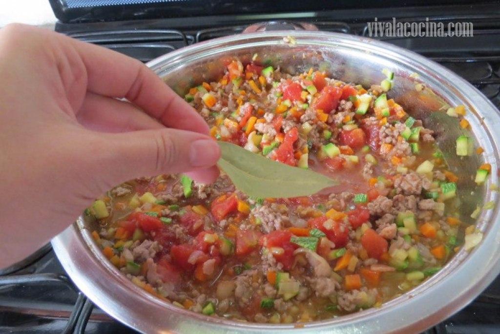 Añadir el laurel y dejar cocer la salsa a fuego lento