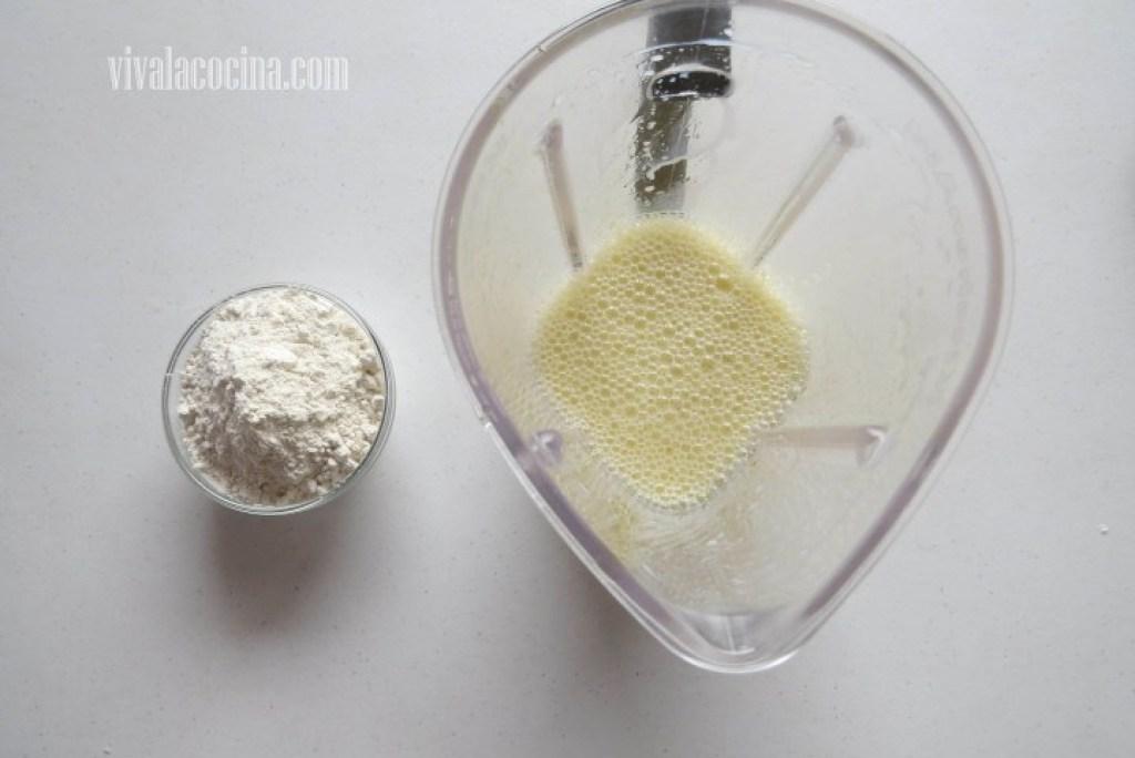 Agrega la cantidad de harina y volver a licuar que se incorporen todos los ingredientes