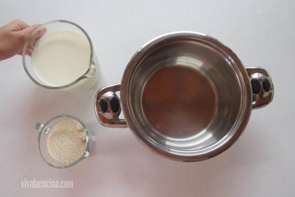 Hervir la leche con la mitad del azúcar con la canela para que comience a infusionarse