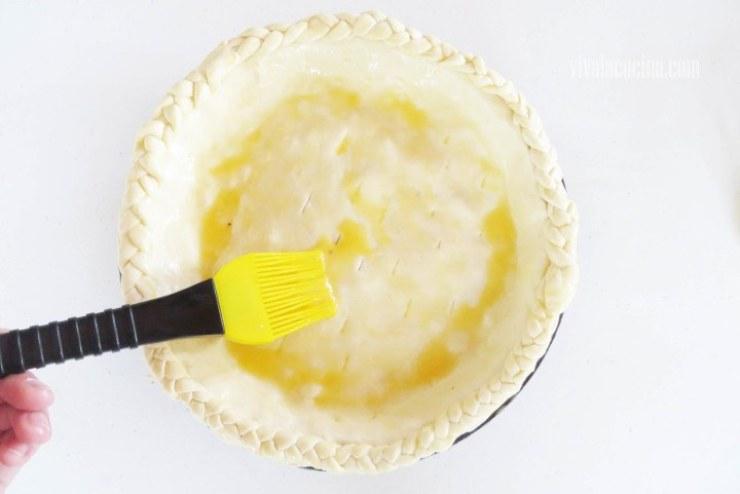 Barnizar el Huevo sobre el hojaldre del pay de queso de panela