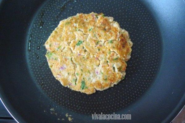 Formar un medallón con la mezcla de camarones o gambas y cocinar en una sartén