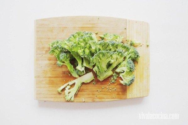 Cortar el brócoli en trozos o separar en floretes el brócoli