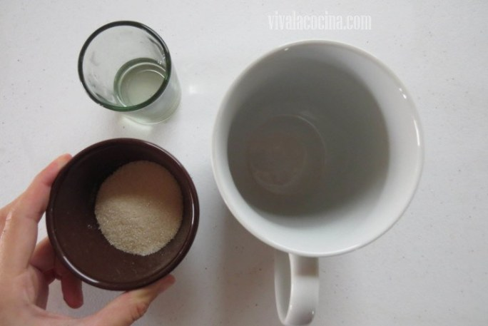 Añadir Azúcar al a taza donde irá el Mug cake