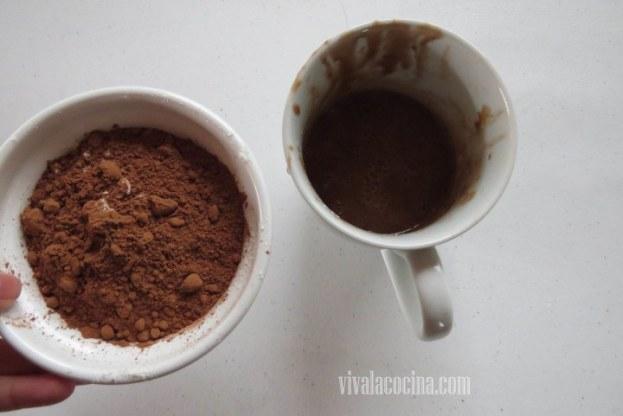 coloca todos estos ingredientes en la taza donde estamos preparando el bizcocho